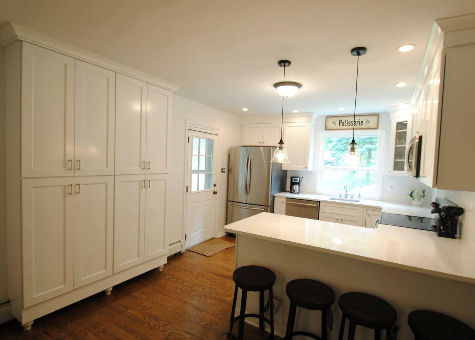 Merveilleux York Cabinets In Painted White